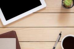 Κενό σημειωματάριο με τη μάνδρα και το φλιτζάνι του καφέ Στοκ φωτογραφία με δικαίωμα ελεύθερης χρήσης