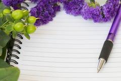 Κενό σημειωματάριο με το λουλούδι statice Στοκ Φωτογραφίες