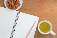 Κενό σημειωματάριο, μολύβι, ποτό, πρόχειρο φαγητό Στοκ Εικόνα