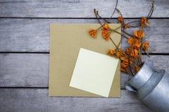 Κενό σημειωματάριο πέρα από τη χρυσή κάρτα εγγράφου Στοκ φωτογραφία με δικαίωμα ελεύθερης χρήσης