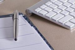 Κενό σημειωματάριο πέρα από τον υπολογιστή Στοκ εικόνες με δικαίωμα ελεύθερης χρήσης