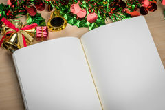 Κενό σημειωματάριο στον ξύλινο πίνακα με τις διακοσμήσεις Χριστουγέννων Στοκ εικόνα με δικαίωμα ελεύθερης χρήσης