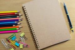 Κενό σημειωματάριο στο σχολείο και το πλαίσιο των ζωηρόχρωμων σχολικών προμηθειών Στοκ φωτογραφίες με δικαίωμα ελεύθερης χρήσης
