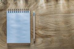 Κενό σπειροειδές μολύβι σημειωματάριων στην ξύλινη τοπ άποψη πινάκων Στοκ Φωτογραφίες