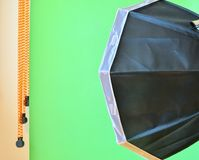 Κενό στούντιο φωτογραφιών με τον εξοπλισμό φωτισμού Πράσινο υπόβαθρο στο στούντιο φωτογραφιών στοκ εικόνες με δικαίωμα ελεύθερης χρήσης