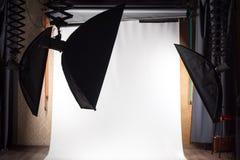 Κενό στούντιο φωτογραφιών με τον εξοπλισμό φωτισμού και υπόβαθρο της Λευκής Βίβλου έτοιμο για το photoshoot Στοκ εικόνες με δικαίωμα ελεύθερης χρήσης