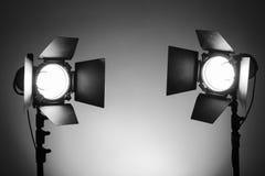 Κενό στούντιο φωτογραφιών με τον εξοπλισμό φωτισμού στοκ εικόνες