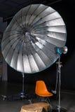 Κενό στούντιο φωτογραφιών με το σύγχρονο εξοπλισμό εσωτερικού και φωτισμού Προετοιμασία για το πυροβολισμό στούντιο: κενός φωτισμ Στοκ εικόνες με δικαίωμα ελεύθερης χρήσης