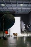 Κενό στούντιο φωτογραφιών με το σύγχρονο εξοπλισμό εσωτερικού και φωτισμού Προετοιμασία για το πυροβολισμό στούντιο: κενός φωτισμ Στοκ Εικόνες