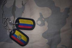 κενό στρατού, ετικέττα σκυλιών με τη σημαία της Κολομβίας και του Ισημερινού στο χακί υπόβαθρο σύστασης Στοκ φωτογραφία με δικαίωμα ελεύθερης χρήσης