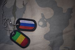 κενό στρατού, ετικέττα σκυλιών με τη σημαία της Ρωσίας και του Μαλί στο χακί υπόβαθρο σύστασης Στοκ Εικόνα