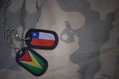 Κενό στρατού, ετικέττα σκυλιών με τη σημαία της Χιλής και της Γουιάνας στο χακί υπόβαθρο σύστασης Στοκ Εικόνες