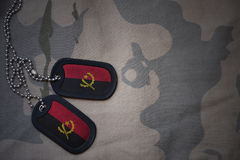 Κενό στρατού, ετικέττα σκυλιών με τη σημαία της Ανγκόλα στο χακί υπόβαθρο σύστασης Στοκ φωτογραφίες με δικαίωμα ελεύθερης χρήσης