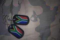 Κενό στρατού, ετικέττα σκυλιών με τη σημαία της Νότιας Αφρικής στο χακί υπόβαθρο σύστασης Στοκ Εικόνα