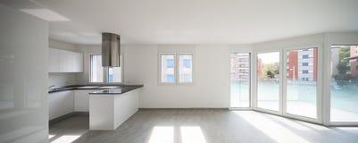 Κενό σύγχρονο διαμέρισμα, κενά διαστήματα και άσπροι τοίχοι στοκ εικόνες