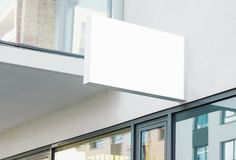 Κενό σύγχρονο κρεμώντας σημάδι τοίχων επιχείρησης με το άσπρο διάστημα αντιγράφων στοκ εικόνες
