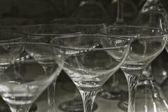 Κενό σύνολο γυαλιού Στο σκοτεινό υπόβαθρο Διαφανή goblets κατασκευασμένα Στοκ Φωτογραφίες