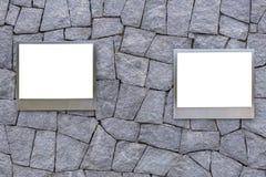 κενό του πλαισίου φωτογραφιών αργιλίου ή του κενού πίνακα διαφημίσεων αφισών στην πέτρα Στοκ Εικόνες