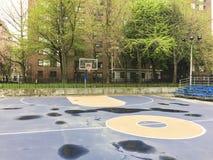 Κενό υπαίθριο γήπεδο μπάσκετ στοκ φωτογραφίες με δικαίωμα ελεύθερης χρήσης