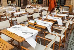 Κενό υπαίθριο εστιατόριο με το επιτραπέζιο σύνολο Στοκ φωτογραφίες με δικαίωμα ελεύθερης χρήσης