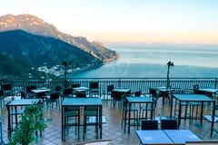 Κενό υπαίθριο εστιατόριο οδών στο χωριό Ravello, Tyrrhenian θάλασσα, ακτή της Αμάλφης στοκ φωτογραφίες