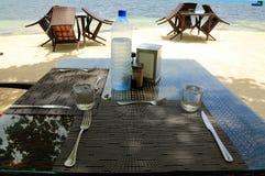 Κενό υπαίθριο εστιατόριο στην ακτή Ινδικού Ωκεανού Άσπρη άμμος και μπλε νερό Μαλδίβες Υπόβαθρο τροφίμων και ποτών Στοκ φωτογραφία με δικαίωμα ελεύθερης χρήσης