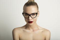 Κενό υπόβαθρο γυναικείου Red Lips Wearing Black κλασικό γυαλιά άσπρο χρώματος πορτρέτου όμορφο αρκετά νέο _ Στοκ Εικόνες