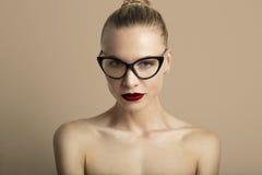 Κενό υπόβαθρο γυναικείου Red Lips Wearing Black κλασικό γυαλιά μπεζ χρώματος πορτρέτου όμορφο αρκετά νέο _ Στοκ φωτογραφίες με δικαίωμα ελεύθερης χρήσης