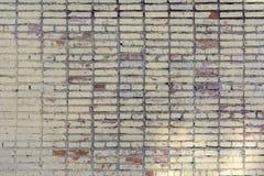 Κενό υπόβαθρο φιαγμένο από τούβλα που χρωματίζονται σε κίτρινο Παλαιός τουβλότοιχος, με τους λεκέδες Σύσταση της τεκτονικής Στοκ εικόνα με δικαίωμα ελεύθερης χρήσης