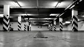 Κενό υπόγειο γκαράζ χώρων στάθμευσης Στοκ εικόνα με δικαίωμα ελεύθερης χρήσης