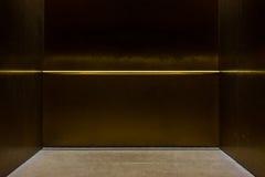 Κενό φανταχτερό μέταλλο Πολωνός μεταφορών ανελκυστήρων μέσα στο κιβώτιο Interi μετάλλων Στοκ φωτογραφία με δικαίωμα ελεύθερης χρήσης