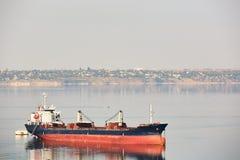 Κενό φορτηγό πλοίο μεταφορών χύδην φορτίου με τους γερανούς γεφυρών που πλέουν με ένα ήρεμο νερό ποταμών Στοκ εικόνα με δικαίωμα ελεύθερης χρήσης