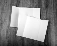 Κενό φυλλάδιο πτυχών πυλών στο ξύλινο υπόβαθρο για να αντικαταστήσει το de σας Στοκ φωτογραφία με δικαίωμα ελεύθερης χρήσης