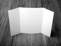 Κενό φυλλάδιο πτυχών πυλών στο ξύλινο υπόβαθρο για να αντικαταστήσει το de σας Στοκ φωτογραφίες με δικαίωμα ελεύθερης χρήσης