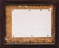 Κενό φύλλο εγγράφου σε μια παλαιά ξύλινη πινακίδα στοκ εικόνες με δικαίωμα ελεύθερης χρήσης