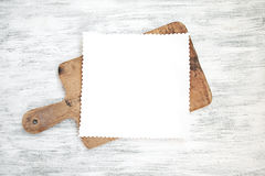 Κενό φύλλο εγγράφου στον πίνακα κουζινών στοκ φωτογραφία με δικαίωμα ελεύθερης χρήσης