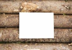 Κενό φύλλο εγγράφου στο ξύλινο υπόβαθρο κούτσουρων Στοκ φωτογραφία με δικαίωμα ελεύθερης χρήσης