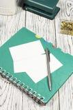 Κενό φύλλο του εγγράφου, του σημειωματάριου, της μάνδρας και άλλων προμηθειών στοκ εικόνες με δικαίωμα ελεύθερης χρήσης