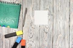 Κενό φύλλο του εγγράφου, του σημειωματάριου, της μάνδρας και άλλων προμηθειών Στοκ Εικόνες