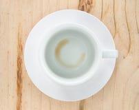 Κενό φλυτζάνι καφέ μετά από το ποτό στο ξύλο Στοκ Φωτογραφία