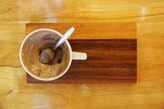 κενό φλυτζάνι καφέ με το κουτάλι στο ξύλινους πιάτο και τον πίνακα Στοκ Εικόνα