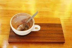 κενό φλυτζάνι καφέ με το κουτάλι στο ξύλινο πιάτο Στοκ φωτογραφία με δικαίωμα ελεύθερης χρήσης