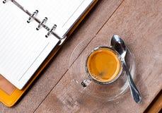 Κενό φλυτζάνι καφέ σημειωματάριων Στοκ Εικόνες