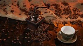 Κενό φλυτζάνι με τον καφέ ` ονόματος ` στον ξύλινο πίνακα απόθεμα βίντεο