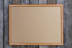 Κενό χαρτόνι brow στο εκλεκτής ποιότητας ξύλο Στοκ φωτογραφία με δικαίωμα ελεύθερης χρήσης