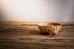 Κενό ψάθινο καλάθι ξύλινο tabletop Στοκ Φωτογραφία