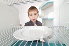 κενό ψυγείο αγοριών στοκ φωτογραφία με δικαίωμα ελεύθερης χρήσης