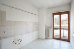 Κενό δωμάτιο κουζινών στο βρώμικο διαμέρισμα Στοκ Φωτογραφίες
