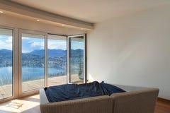 Κενό δωμάτιο με ένα κρεβάτι Στοκ Εικόνες