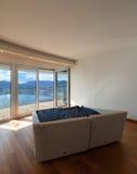 Κενό δωμάτιο με ένα κρεβάτι Στοκ εικόνα με δικαίωμα ελεύθερης χρήσης